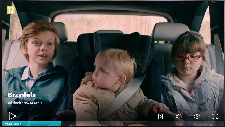 """W 145. odcinku drugiego sezonu """"Brzyduli"""" serialowa trójka dzieci jedzie samochodem. Jakie błędy zauważyło oko technika fotelik.info? Przeczytaj!"""