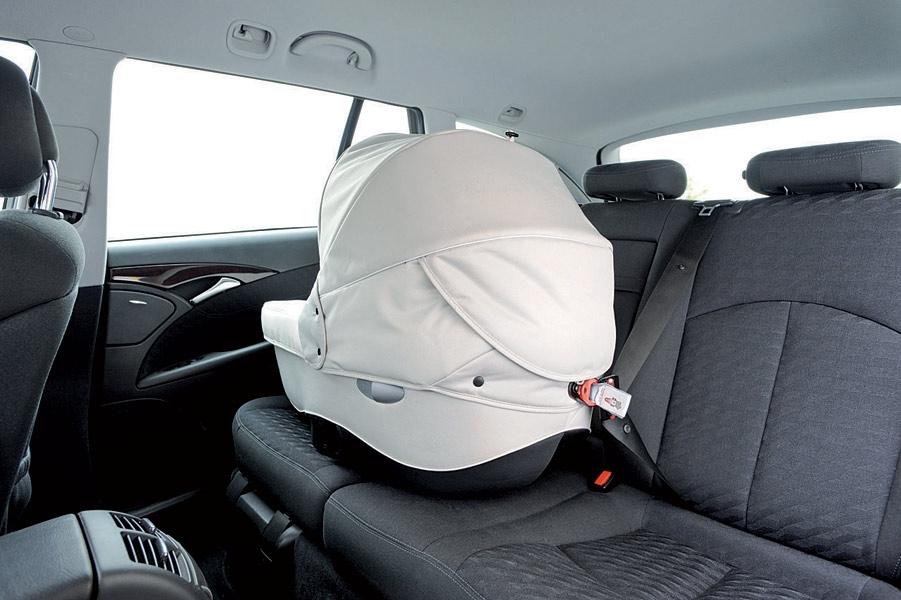 Taki sposób przewożenia nie da Twojemu dziecku  takiego bezpieczeństwa, jak umieszczenie go w prawidłowo i stabilnie zamontowanym foteliku samochodowym, dopasowanym do niego i do samochodu, w którym podróżuje.