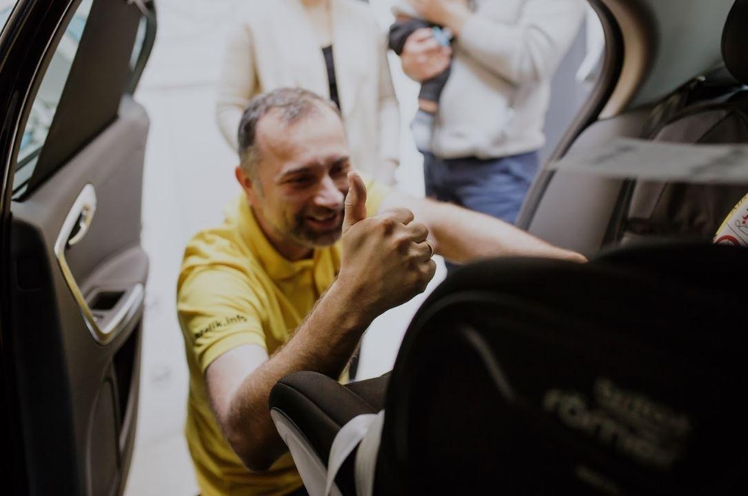 Nie każdy fotelik samochodowy jest odpowiedni dla ciężko chorego lub niepełnosprawnego dziecka, dlatego warto skonsultować się z ekspertem, który potrafi znaleźć bezpieczne rozwiązanie