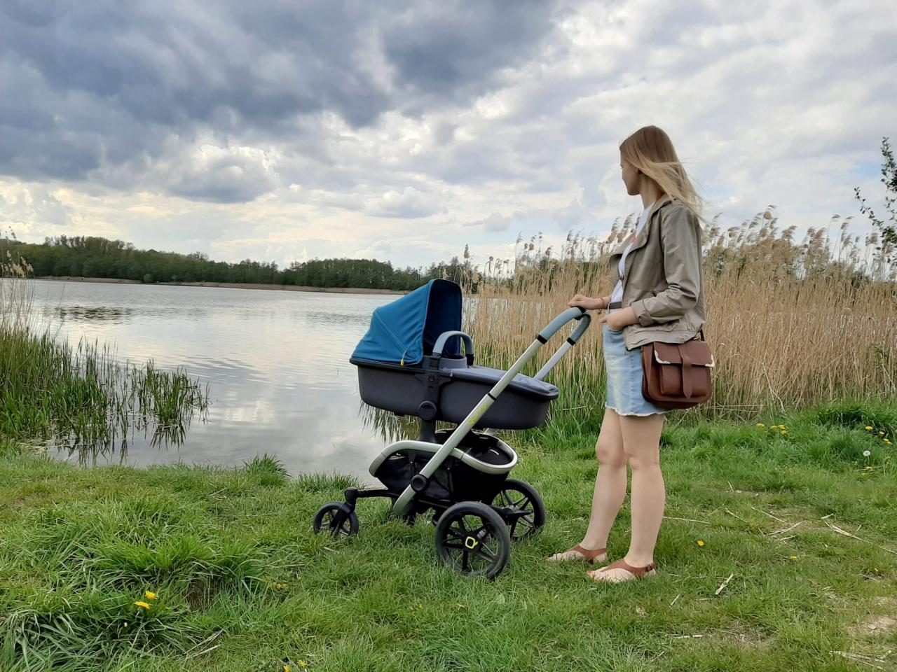 Pamiętaj, aby podczas spacerów z noworodkiem lub niemowlęciem korzystać z wózka spacerowego, który dzięki twardemu, prostemu podłożu przyczynia się do prawidłowego rozwoju kręgosłupa u dziecka