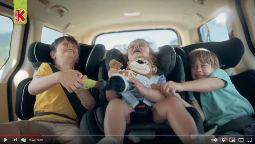 Już pierwsze ujęcie z dziećmi w fotelikach samochodowych budzi grozę... i to bynajmniej nie z powodu awantury!
