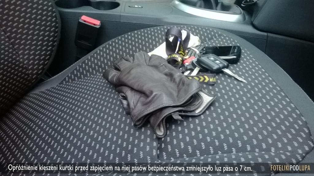 """Okazało się, że wystarczy wyjąć """"przydasie"""" z kieszeni kurtki i spodni, aby luz na pasie bezpieczeństwa zmniejszył się aż o 7 cm!"""