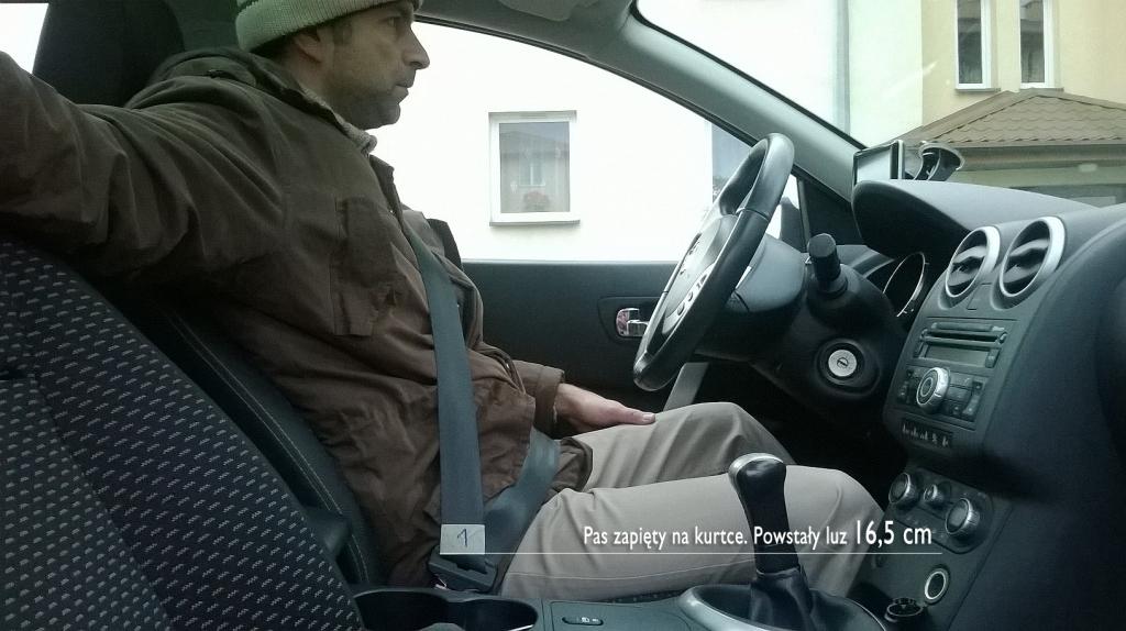 Klamra pasa w zamek, KLIK! - i gotowe. W taki sposób jeździ na co dzień wielu kierowców: pasy na kurtce, część biodrowa na brzuchu. Wynik: 16,5 cm luzu.