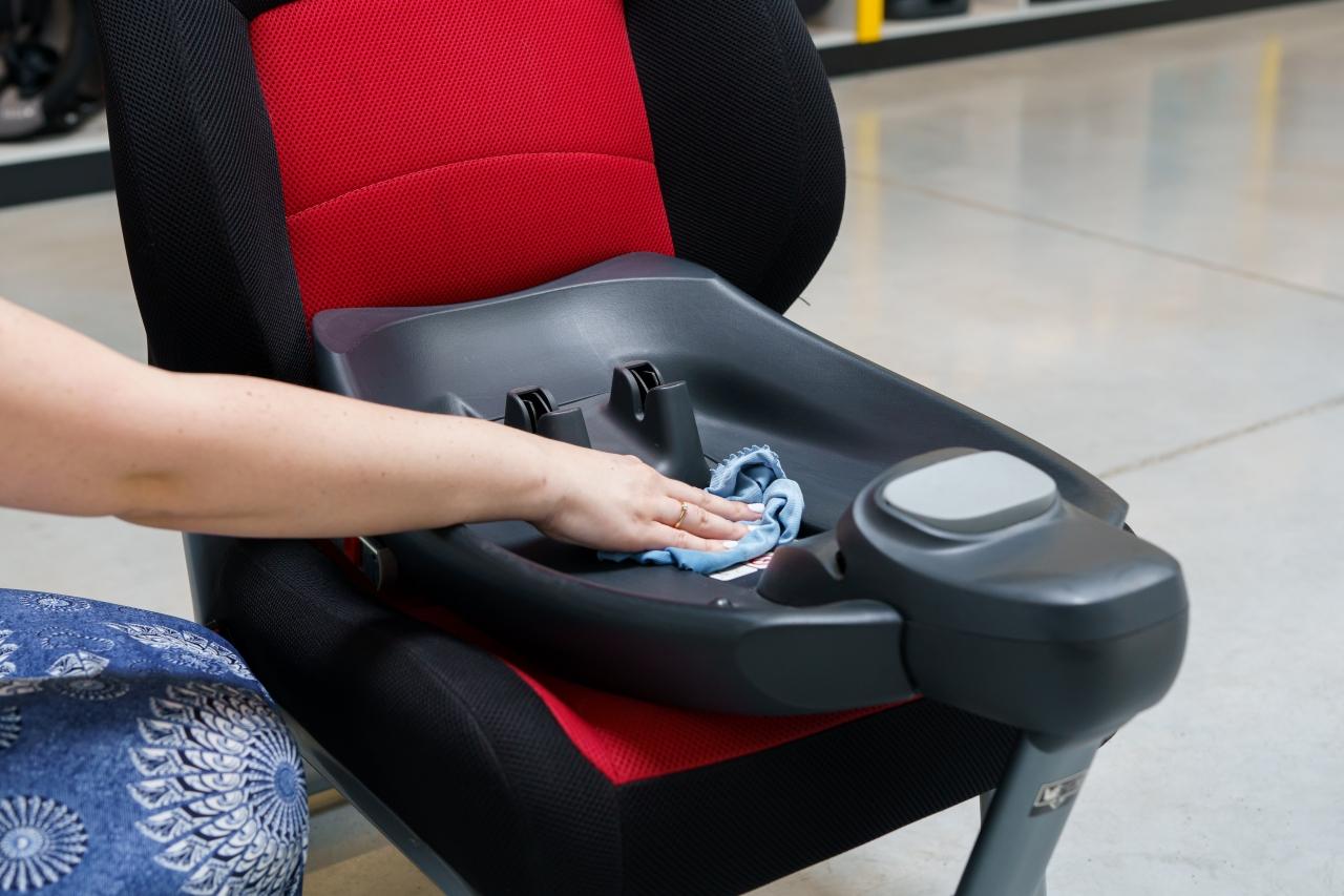 Plastikowe części fotelika i bazy najlepiej delikatnie wyczyścić wilgotną ściereczką