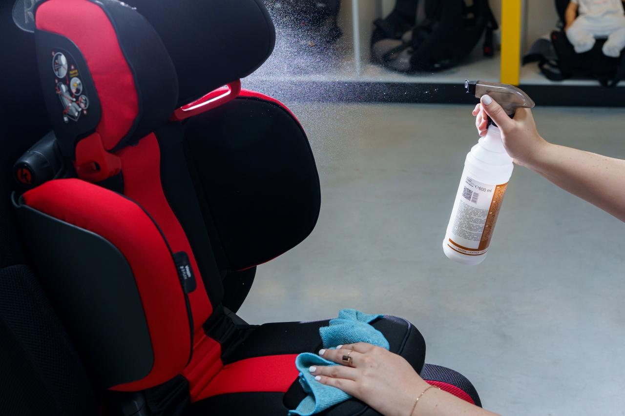 Użytkując fotelik samochodowy należy zwrócić uwagę na czystość tapicerki. W przypadku zabrudzenia, zdjęcie tapicerki ze skorupy fotelika może okazać się proste, ale co dalej?