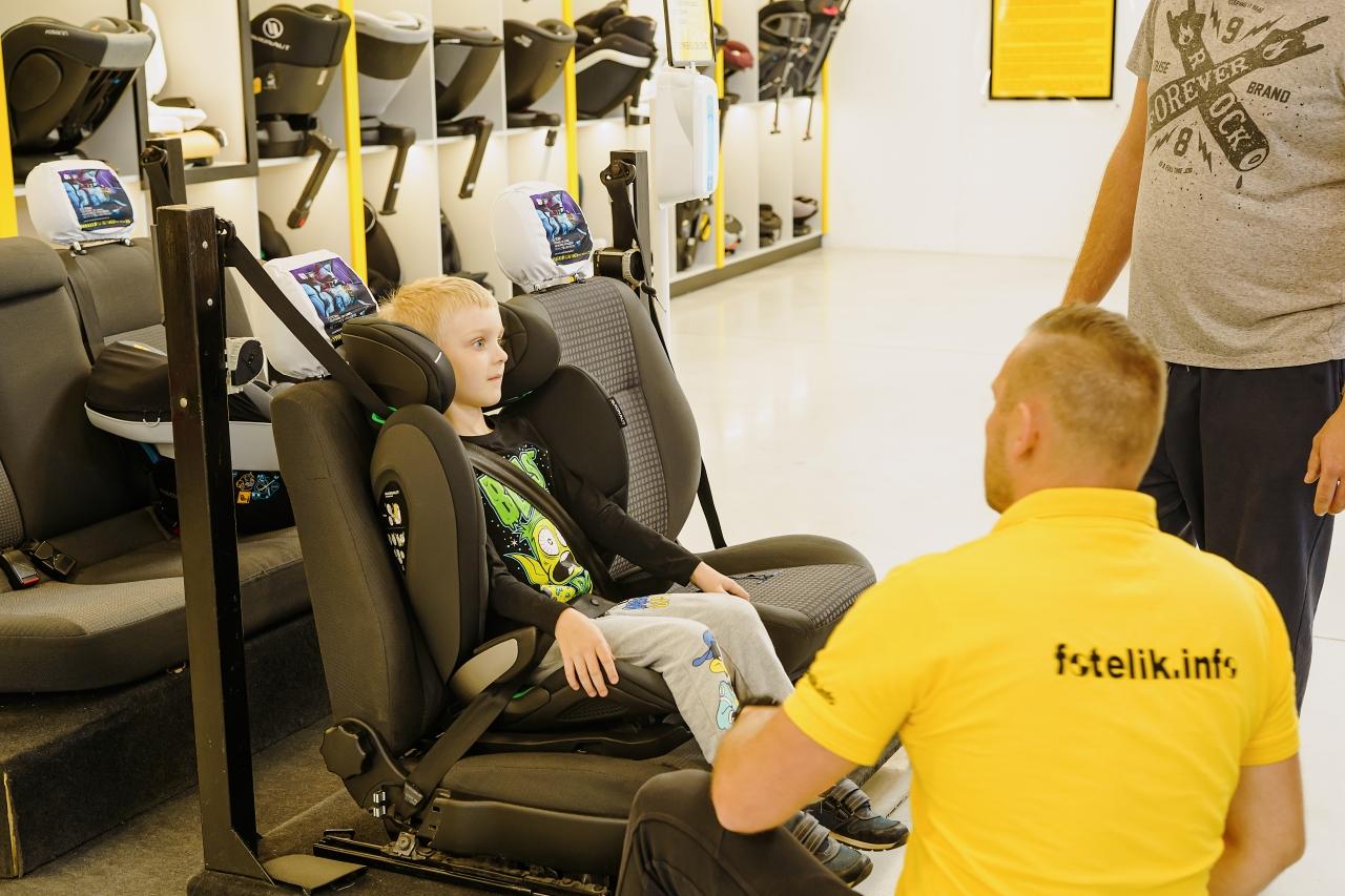 Jeśli poszukujesz bezpiecznego fotelika samochodowego, to już 26 października w Nowym Sączu możesz skorzystać z pomocy i wiedzy techników fotelik.info Piotrka lub Tomka