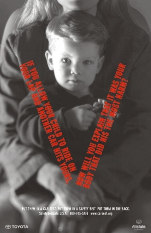 Nieodpowiedzialne przewożenie dziecka może skończyć się jego śmiercią lub trwałym kalectwem.