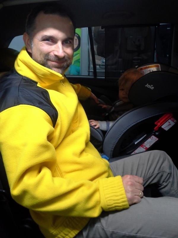Jeden z ekspertów fotelik.info, Paweł Kurpiewski, jest zawsze uśmiechnięty przy pracy z dziećmi :)