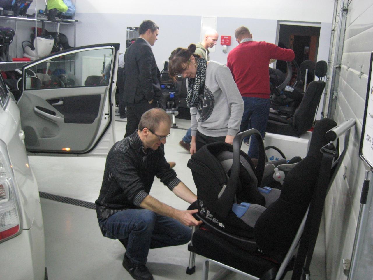 Każdy uczestnik aktywnie brał udział w ćwiczeniach praktycznych podczas szkolenia fotelik.info