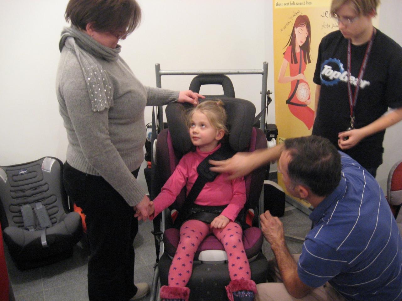 Eksperci pokazywali, jak prawidłowo powinien przebiegać pas bezpieczeństwa u dziecka w foteliku 15-36 kg