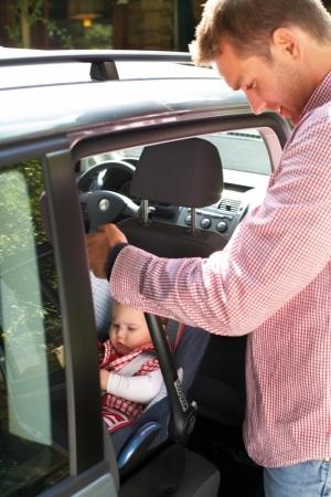 Foteliki samochodowe dla niemowląt montujemy WYŁĄCZNIE tyłem do kierunku jazdy