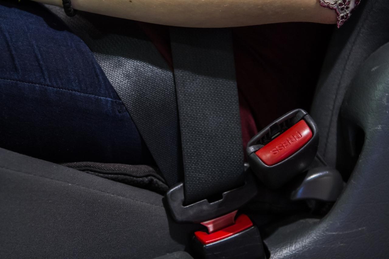 Dowiesz się na przykład, czym różnią się zamki pasów bezpieczeństwa i jak to wpływa na bezpieczeństwo podróżujących ciężarnych