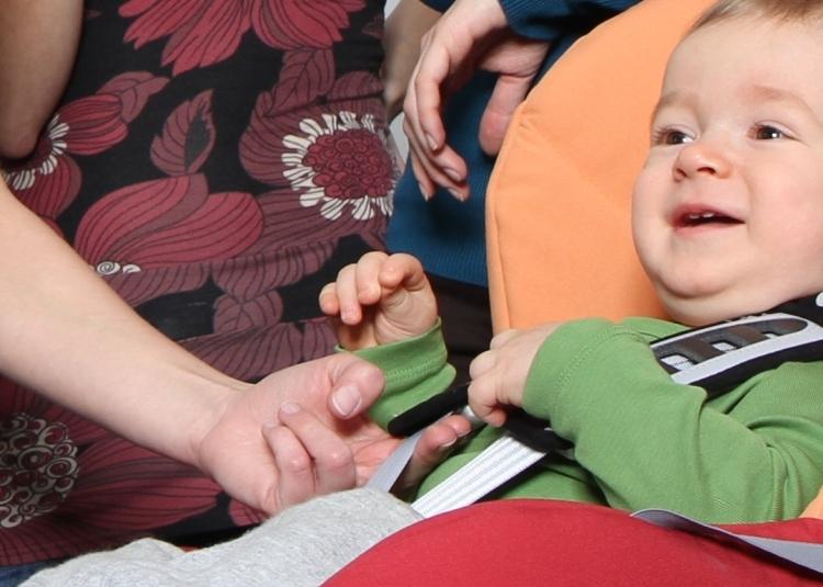 Pomiędzy dzieckiem a pasem uprzęży zachować luz nie większy niż szczelina pozwalająca na włożenie dwóch palców - to zalecenia BeSafe