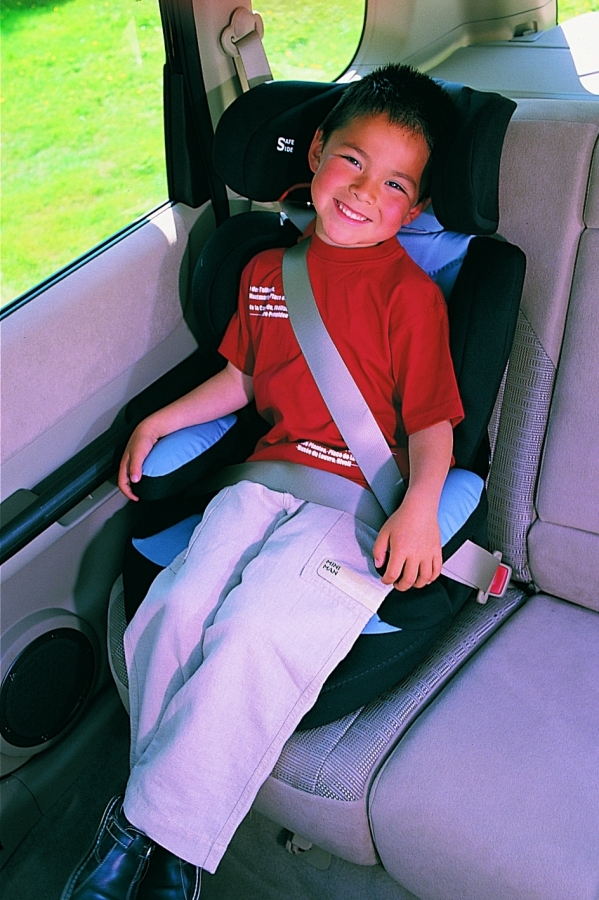 Zdjęcie obrazuje prawidłowy przebieg pasa u dziecka siedzącego w foteliku 15-36