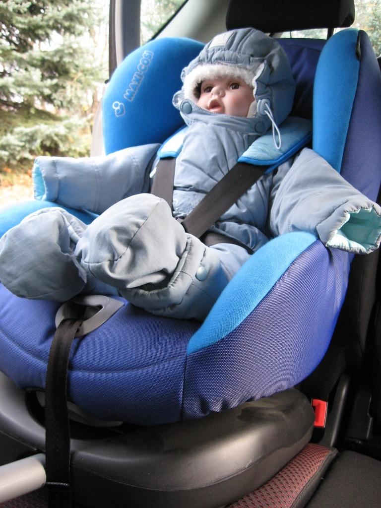 Wygląda niepozornie, ale taki sposób przewożenia dzieci w fotelikach sprawia, że... między kurtką, a pasem może być nawet 13 cm luzu!!!