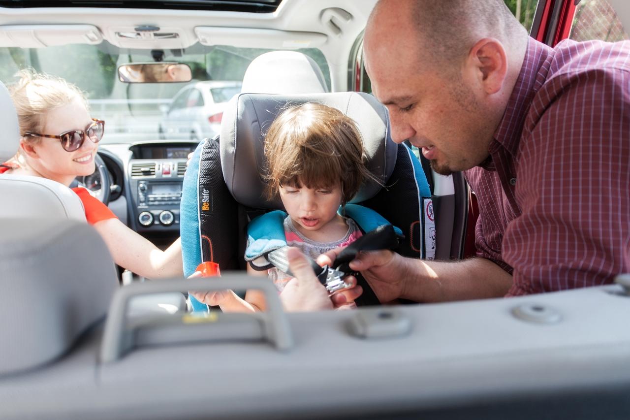 Dzieci powinny być jak najdłużej przewożone w fotelikach samochodowych, niezależnie od tego, czy podróżują na tylnym czy przednim siedzeniu