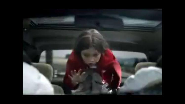 Podczas gwałtownego hamowania, dziecko wypada z tylnej kanapy.
