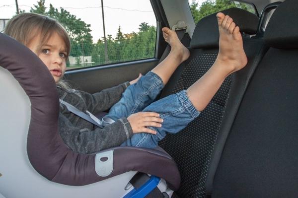 Co można zrobić z nogami podczas jazdy w foteliku? Dzieci mają różne pomysły