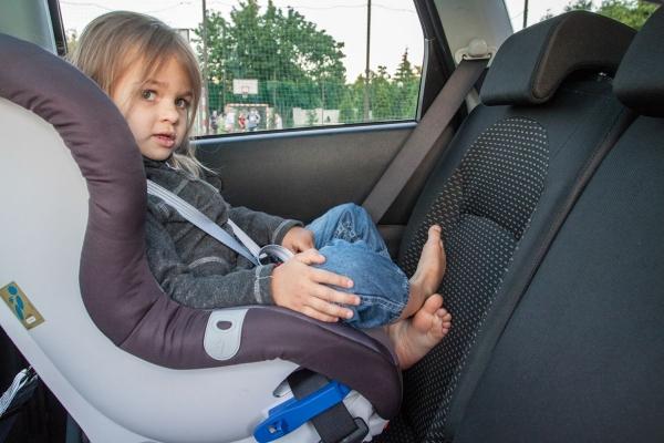 Europejskie foteliki mają więcej miejsca na nogi dziecka niż ich amerykańskie odpowiedniki