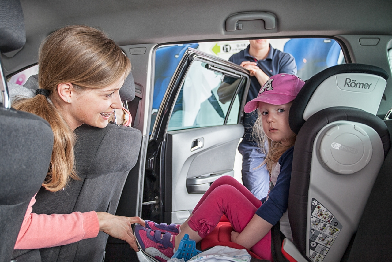 Dzieci do 150 cm wzrostu nadal będą musiały podróżować w fotelikach samochodowych