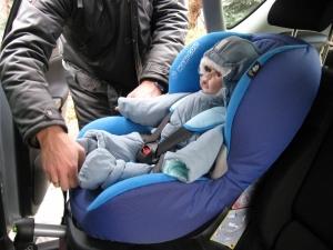 Czy w grubej kurtce lub kombinezonie da się poprawnie zapiąć dziecko?