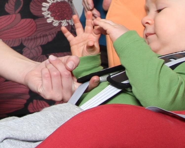 Maxi-Cosi zaleca, aby pomiędzy uprzężą a ciałem dziecka nie było więcej miejsca niż 1 cm