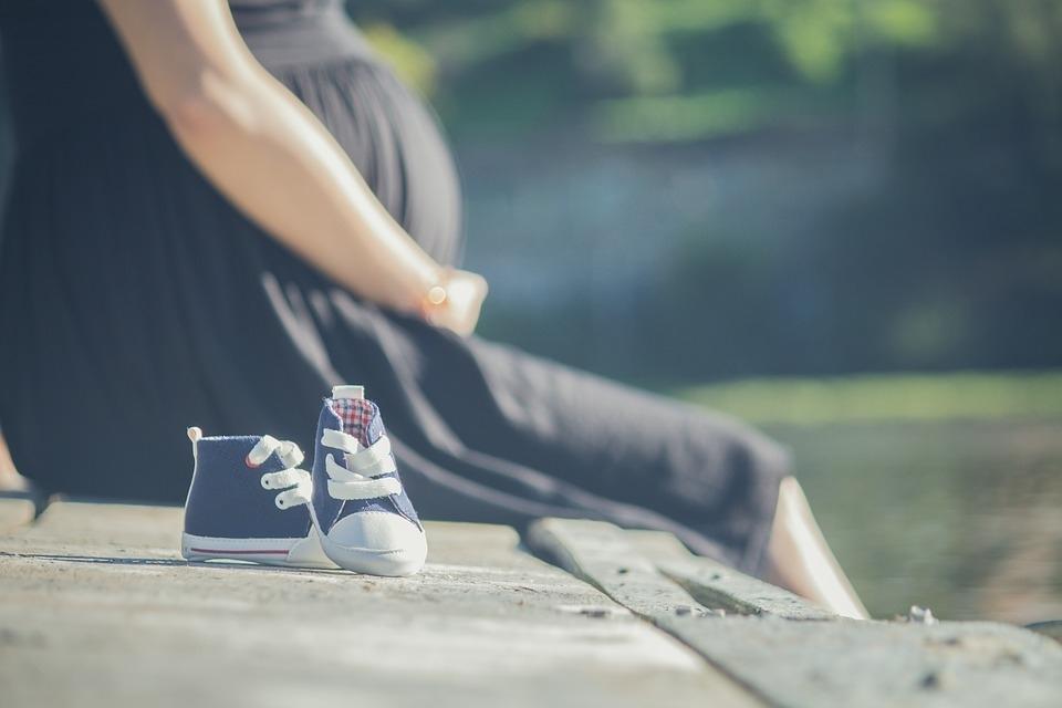 Kompletując wyprawkę dla noworodka, należy pamiętać o foteliku samochodowym. Jak wygląda dobór fotelika 0-13 kg w Centrum Bezpieczeństwa fotelik.info?