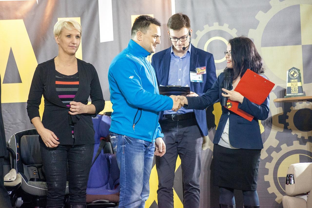 Waldemar Maciuszek odbiera gratulację i nagrodę - 2. miejsce dla najlepszego sprzedawcy i najlepszego sklepu