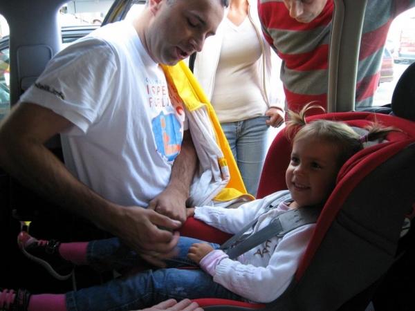 Foteliki 9-18 kg powinno montować się na tylnym siedzeniu -  bardzo ważne jest prawidłowe dociągnięcie uprzęży
