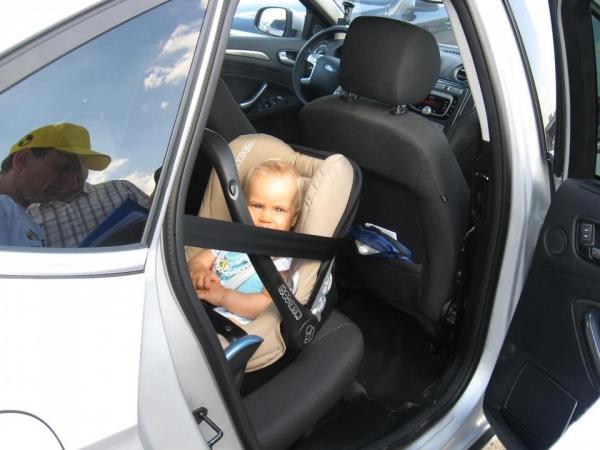 Fotelik 0-13 kg tyłem do kierunku ruchu zamontowany z tyłu. Z przodu poduszka pasażera może być śmiertelnie niebezpieczna dla dziecka.