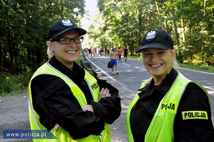 Policjanci patrolujący samochody