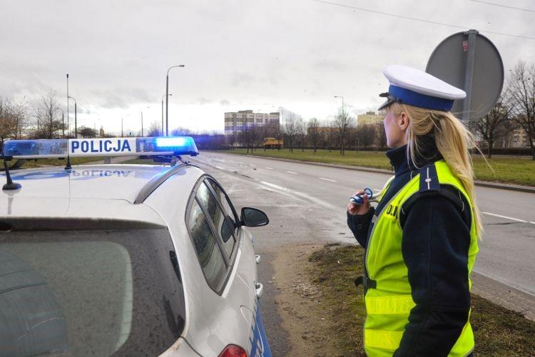 policjant, patrolujący auto