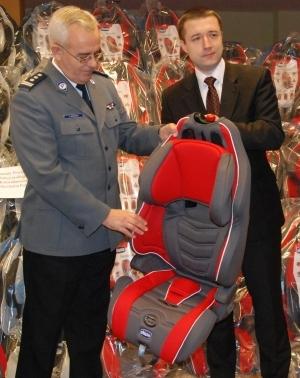 44 niebezpieczne foteliki dla dzieci otrzymała Policja; foto: Biuro Prasowe Mazowieckiego Urzędu Wojewódzkiego, www.mazovia.pl