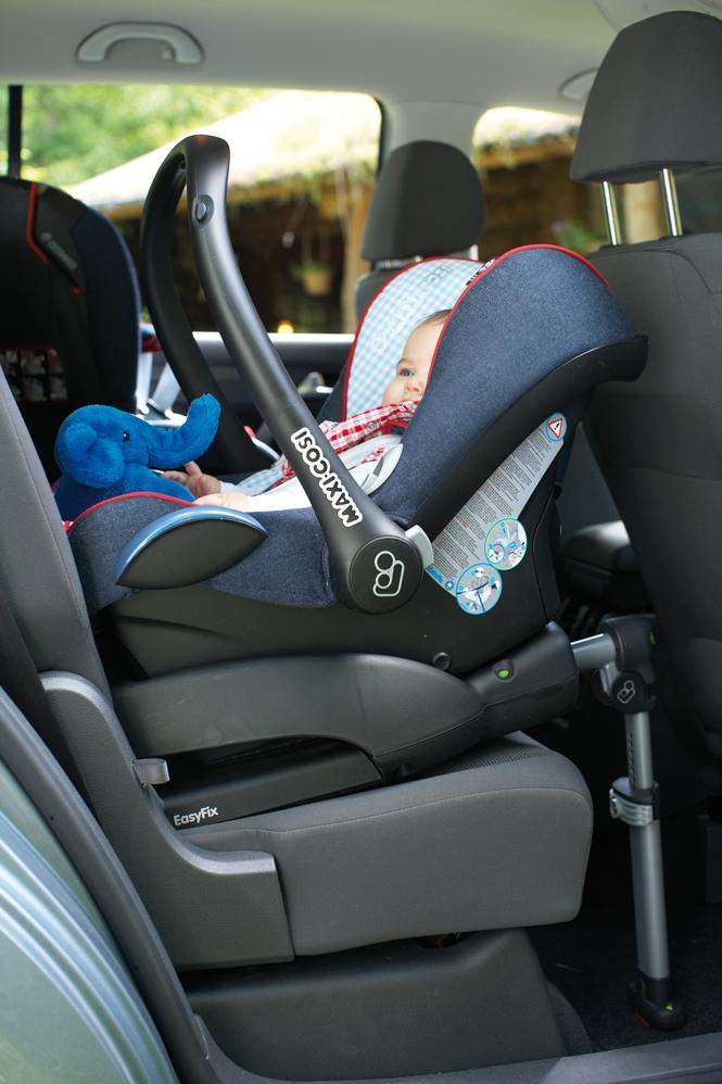 Bazę do fotelika lub fotelik samochodowy, który posiada zaczepy isofix możesz szybciej i łatwiej zamocować w samochodzie, niż fotelik mocowany na pasy samochodowe