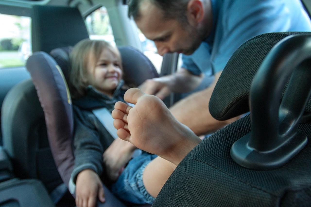 O tym, że foteliki montowane tyłem są 5x bezpieczniejsze niż przodem, Skandynawowie wiedzą już od wielu wielu lat. To właśnie tam, odnotowuje się najmniejszą liczbę wypadków śmiertelnych u małych dzieci. Teraz do grona zwolenników jeżdżenia RWF JAK NADJŁUŻEJ SIĘ DA, a nie tlyko do 2 roku życia, dołącza Amerykańska Akademia Pediatrii!