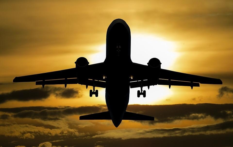 Jak podróżować z fotelikiem w samolocie? Czy każdy fotelik możesz wziąć na pokład?