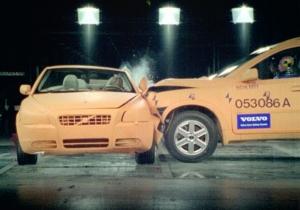 Full crash test samochodów - zderzenie w warunkach labolatoryjnych