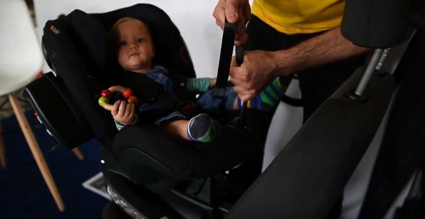 Do kiedy dziecko musi jeździć w foteliku? Do 150 cm wzrostu. I nie zmieni tego żadna ustawa, ponieważ NIE DA SIĘ zmienić fizjonomii dziecka.