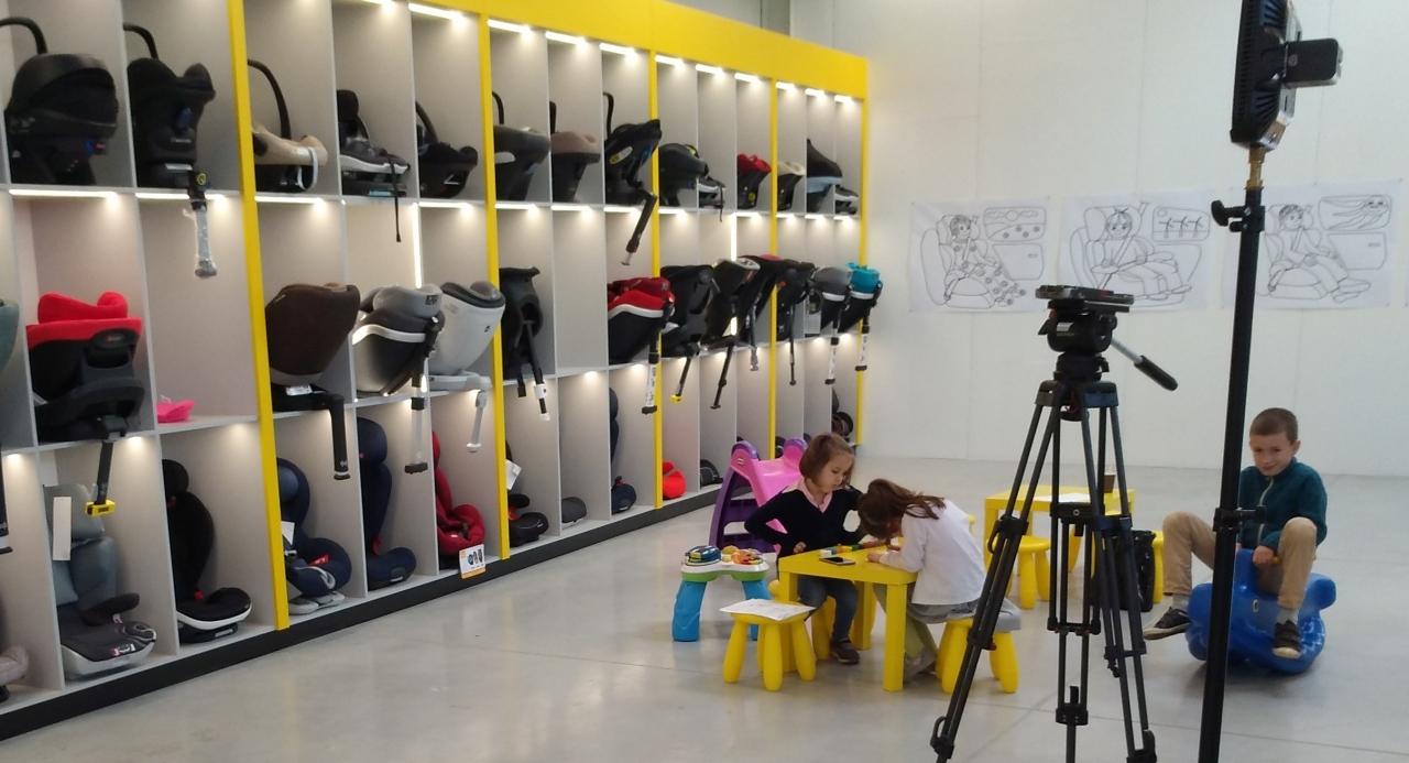 Centrum bezpieczeństwa fotelik.info to miejsce przyjazne dzieciom. Na zdjęciu dzieci wytrwale ;-)  oczekujące na swoją kolej na nagranie dla wiadomości TVP1